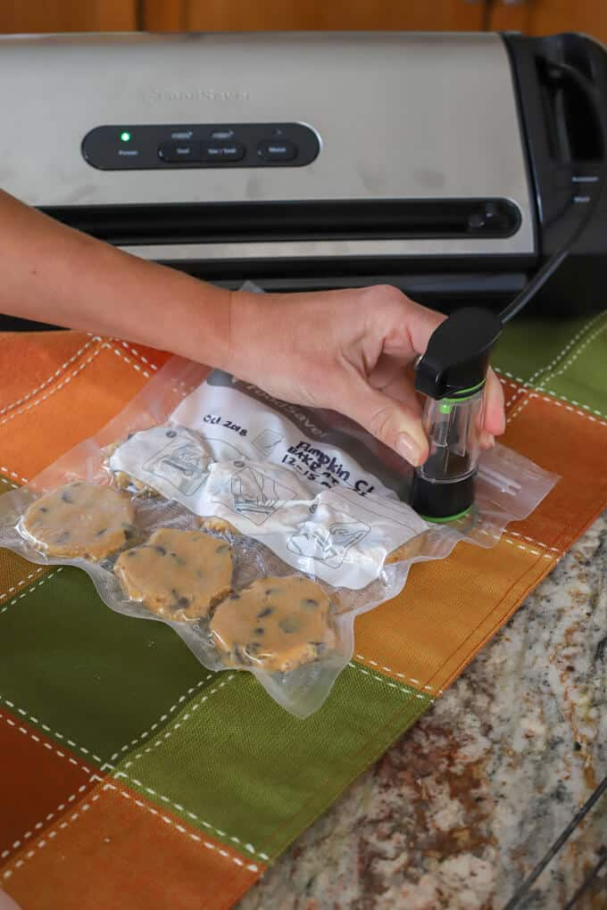 Handheld accessory with the FoodSaver vacuum preservation system